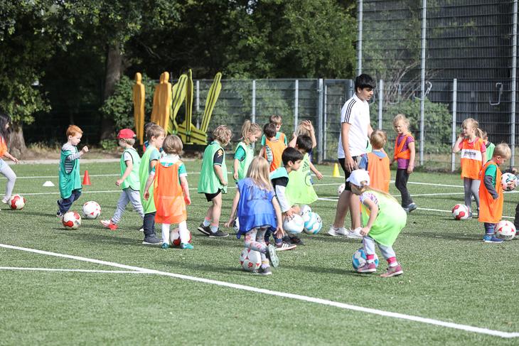 Die Kleinen trainieren die ganz Kleinen. (Foto: Fred Michalsky)