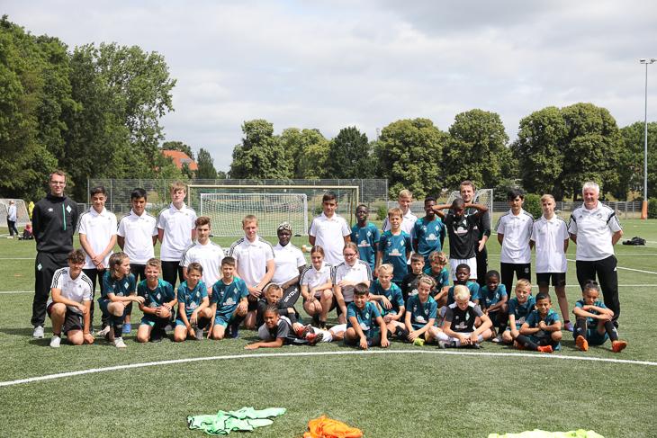 Die Referenten, Junior-Coaches und die U12 von Werder rücken zusammen für ein Gruppenbild. (Foto: Fred Michalsky)