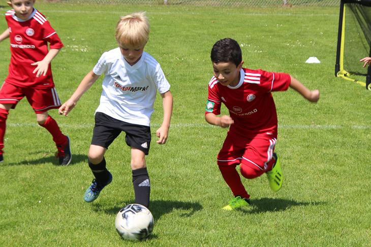 Endlich wieder grüner Rasen. Die Kids in Bremerhaven jagen hier den Ball hinterher. (Foto: Ralf Krönke)