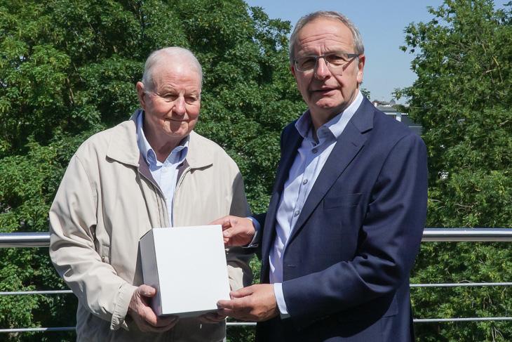 Johann Rullhusen (l.), der ehemalige Vorsitzende des Spielausschusses in Bremen-Stadt, freute sich über den Besuch von BFV-Vizepräsident Henry Bischoff. (Foto: Oliver Baumgart)