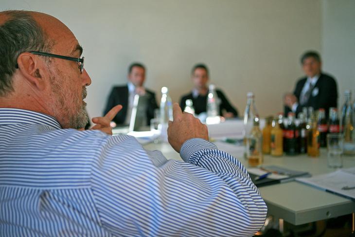 Teilnehmer eines Workshops arbeiten, diskutieren und entwickeln Lösungsansätze. (Foto: DFB)