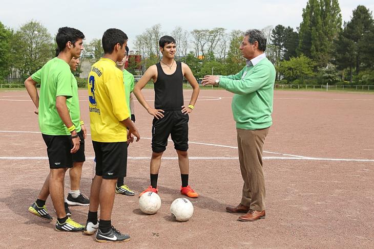 Spieler des TSV Wandsbek im Gespräch mit ihrem Trainer, der ursprünglich aus dem Iran stammt. (Foto: DFB)
