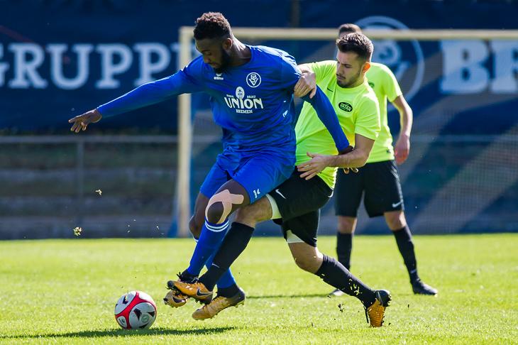 Maxwell Appiah (l.), hier im Zweikampf mit Vatans Okan Uca brachte den Bremer SV früh auf die Siegerstraße. (Foto: Oliver Baumgart)
