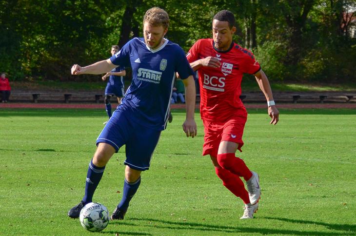 Steffen Eggert vom VfL 07 (l.) im Zweikampf mit Borgfelds Torschützen Christopher Taylor. (Foto: Olaf Lücke)