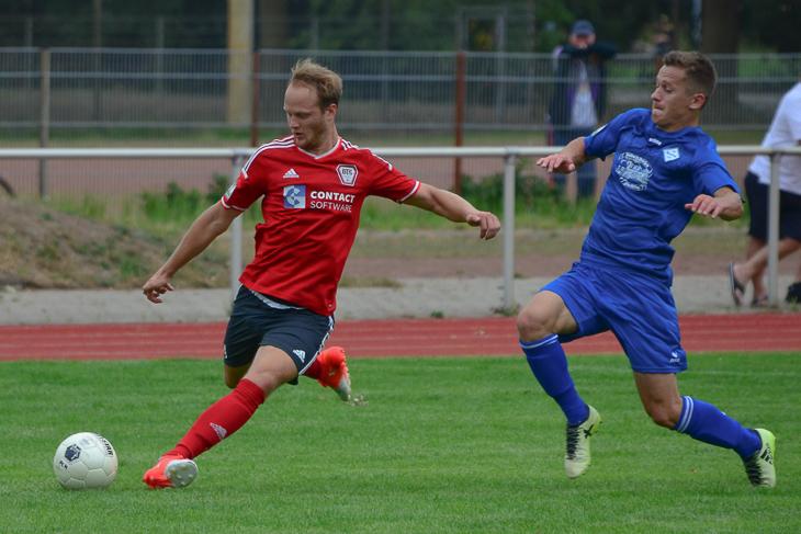 Neustadts Marco Rehling geht an Constantin Luchita vom FC Huchting vorbei. (Foto: Olaf Lücke)