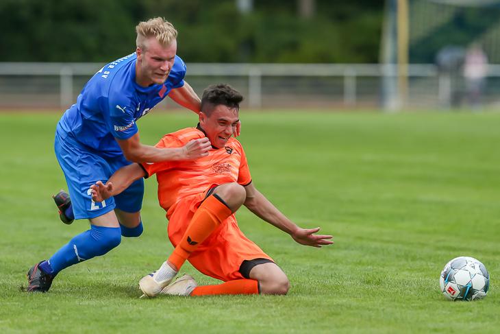 Maik Ahlers (l.) kann Marc Priepke nur mit einem Foul vom Ball trennen. (Foto: Oliver Baumgart)
