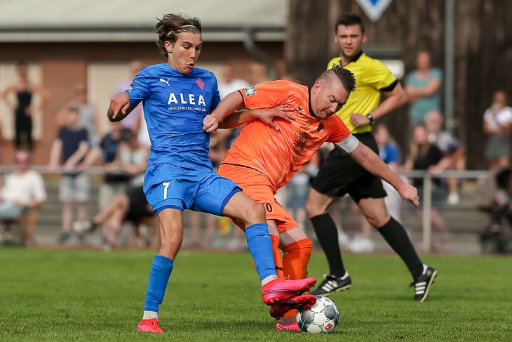 Blumenthals Malte Tietze (l.) und Huchtings Kapitän Daniel Fecker im Duell um den Ball. (Foto: Oliver Baumgart)