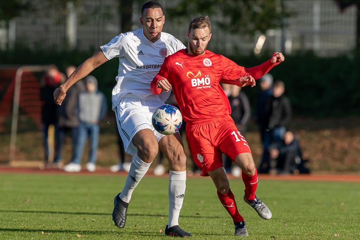 Schwachhausens Leon Osehi (l.) und FCO-Neuzugang Tom Keil im Duell um den Ball. (Foto: Oliver Baumgart)