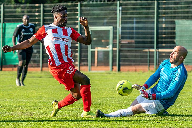 Sadrak-Kaleba Nankishi vom Bremer SV (l.) im Duell mit Riensberg-Keeper Adrian Rotaru. (Foto: Sven Peter - spfoto.de)