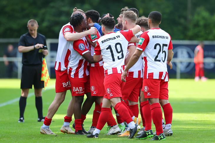 Sie wollen wieder jubeln: Die Spieler des Bremer SV. (Foto: Oliver Baumgart