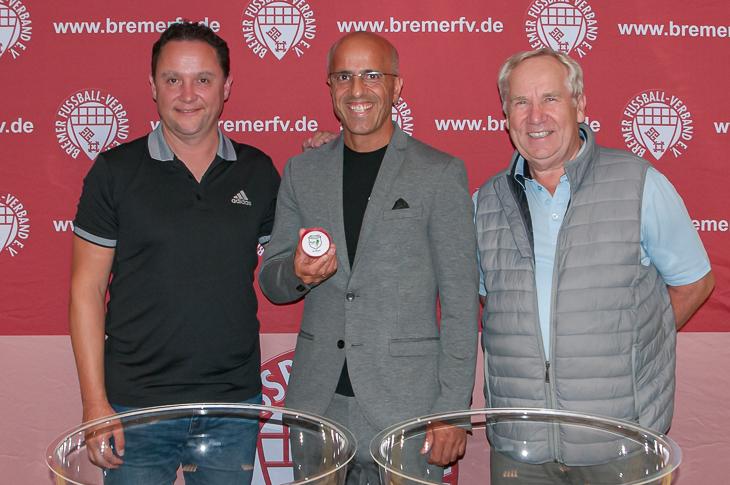 BFV-Vizepräsident Holger Franz, Losfee Emin da Silva und Bernd Wagner von LOTTO Bremen (v.l.) freuen sich auf einen spannenden Pokalwettbewerb. (Foto: Oliver Baumgart)