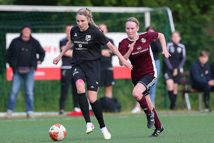 Viviane Reinecke (l.), hier im Laufduell mit Maybritt Tiedemann, brachte den SC Borgfeld in Führung. (Foto: Oliver Baumgart)