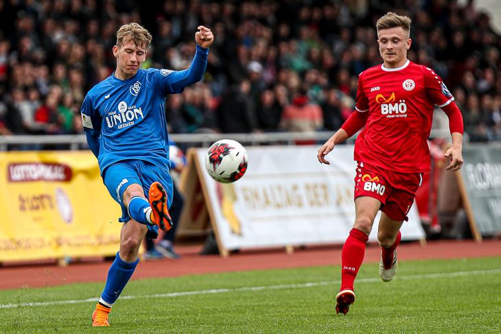 Finn Zeugner ist vor Tim Kreutzträger (v.l.) am Ball. (Foto: Sven Peter - spfoto.de)