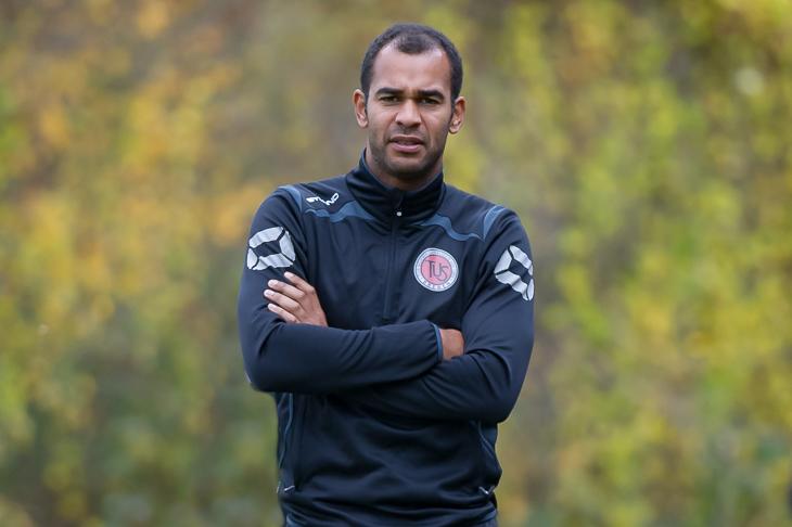 TuS-Trainer Benjamin Eta erwartet ein Spiel auf Augenhöhe (Foto: Oliver Baumgart)