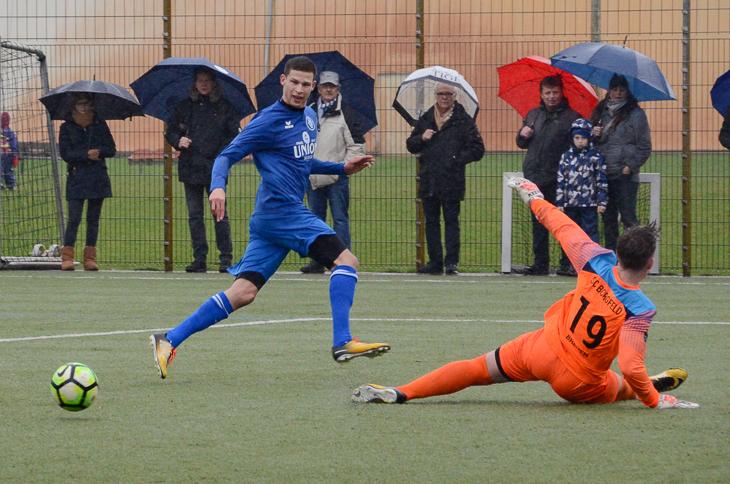 Marcel Lück (l.) legt den Ball an Borgfeld-Keeper Simon von Hallen vorbei. (Foto: Olaf Lücke)