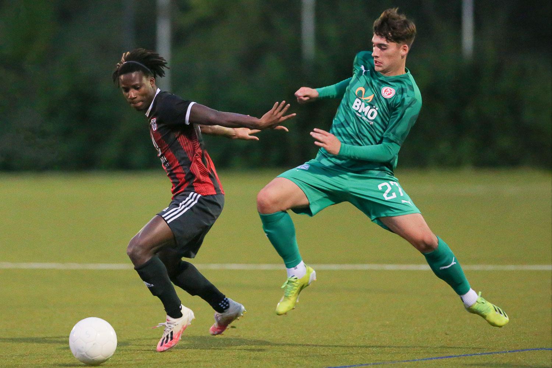 Mamadou Diop (l.), hier im Zweikampf mit Alessio Arambasic, brachte Neustadt nach der Pause in Führung. (Foto: Oliver Baumgart)
