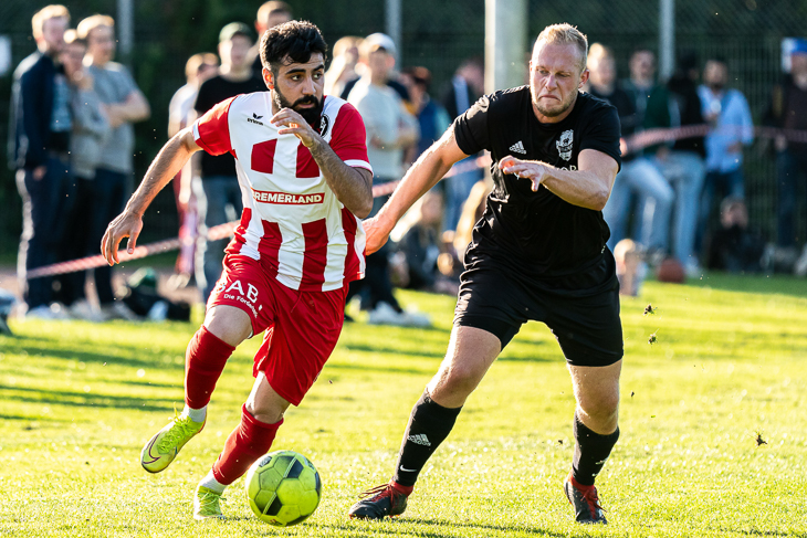 Lange ist es her: Der Bremer SV setzte sich in der ersten Runde beim FC Riensberg (schwarzes Trikot) durch. (Foto: Sven Peter - SPFoto.de)