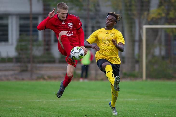 Borgfelds Leon Kahrs (l.) ist vor Mamadou Tounkara am Ball. (Foto: Oliver Baumgart)
