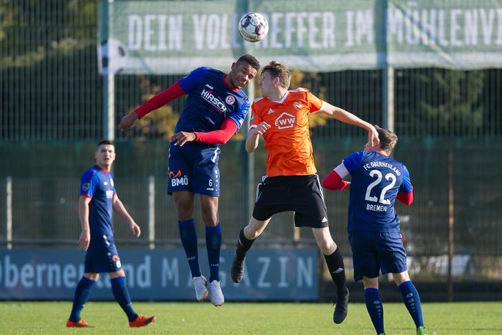 Oberneulands Torschütze Affamefune Ifeadigo (l.) im Kopfballduell mit Maxim Bechtold. (Foto: Oliver Baumgart)