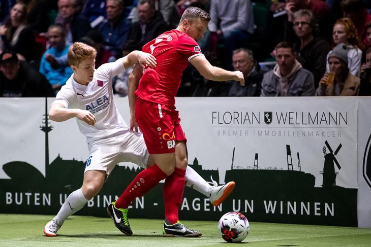 Das Duell zwischen dem Blumenthaler SV und dem FC Oberneuland (rotes Trikot) gibt in diesem Jahr ebenfalls zu sehen. (Foto: Sven Peter - spfoto.de)