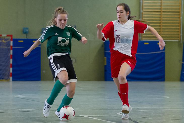 Catharina Stelljes vom SC Weyhe (l.) ist vor Borgfelds Lara-Katharina Wörner am Ball. (Foto: Oliver Baumgart)