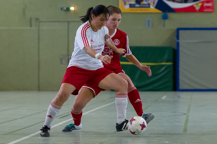Karina Zavala del Angel vom TSV Woltmershausen (l.) und Karla Kedenburg vom ATS Buntentor im Zweikampf. (Foto: Oliver Baumgart)