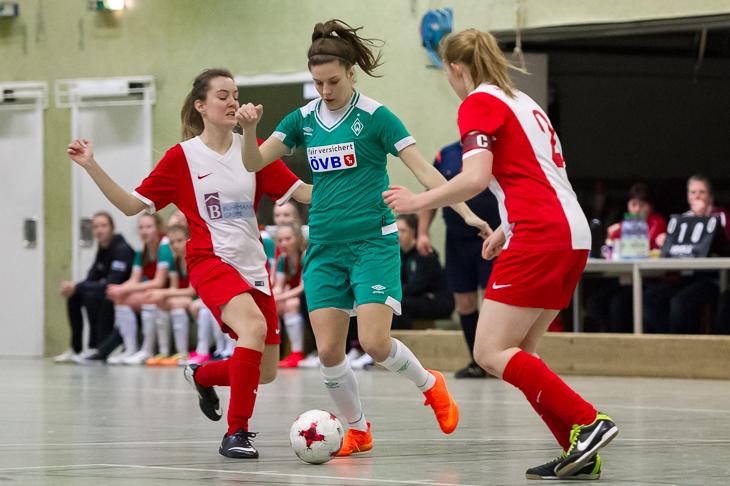Werder Laura Riesenbeck (m.) hat es gleich mit zwei Borgfelderinnen zu tun. (Foto: Oliver Baumgart)