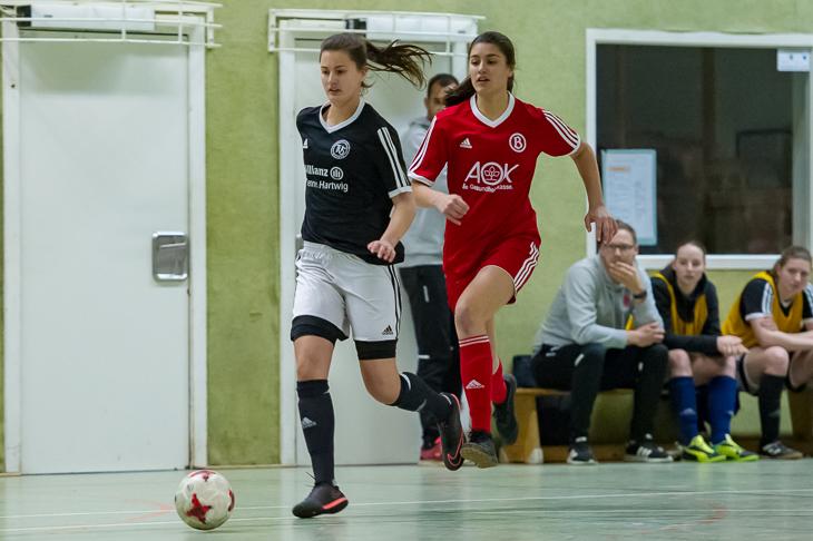 Spielszene aus dem Finale: Schwachhausens Lea Taubert (l.) enteilt Karla Kedenburg. (Foto: Oliver Baumgart)