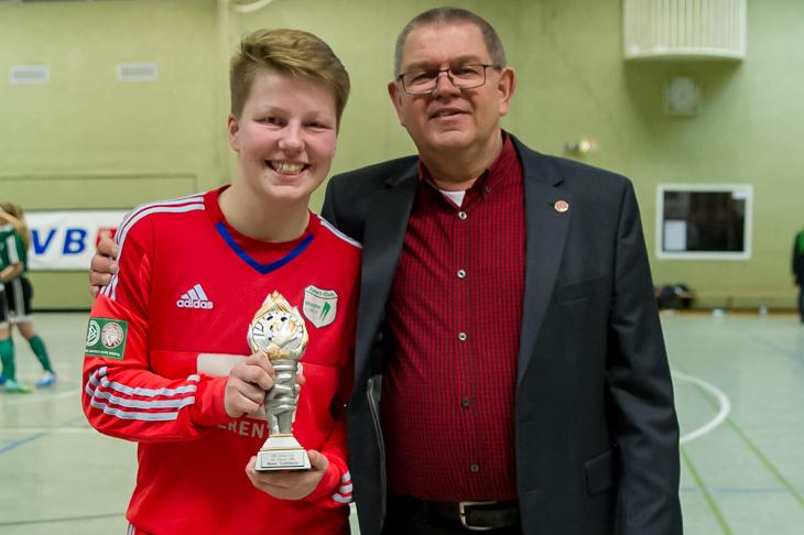 Celina Ludes durfte sich über die Auszeichnung zur besten Torhüterin freuen, die Joachim Dietzel, Vorsitzender des BFV-Frauen- und Mädchenausschusses, vornahm.(Foto: Oliver Baumgart)