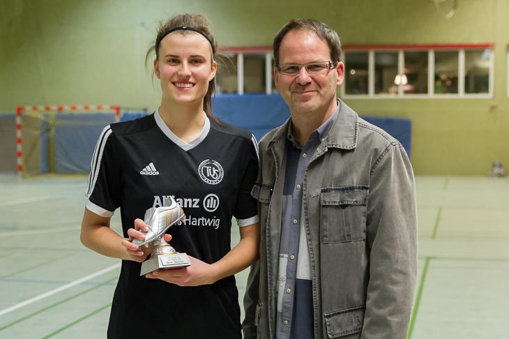 Charlotte Spule (l.) wurde von Fred Waldheim von der ÖVB als beste Spielerin des Turniers... (Foto: Oliver Baumgart)