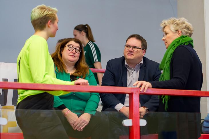 Sportsenatorin Anja Stahmann (2.v.l.), hier im Gespräch mit Borgfelds Hanna Engel, BFV-Präsident Björn Fecker und BFV-Beiratsmitglied Petra Löffler, stattete dem Turnier auch in diesem Jahr einen Besuch ab. (Foto: Oliver Baumgart)