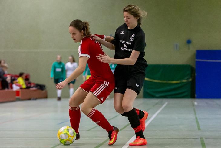 Buntentors Sina Obiedzinski (l.) schirmt den Ball vor Borgfelds Anna Benkenstein ab. (Foto: Oliver Baumgart)