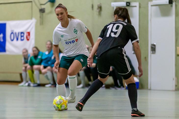 Werders Sina Schlüter (l.) im Duell mit Schwachhausens Lea Taubert. (Foto: Oliver Baumgart)