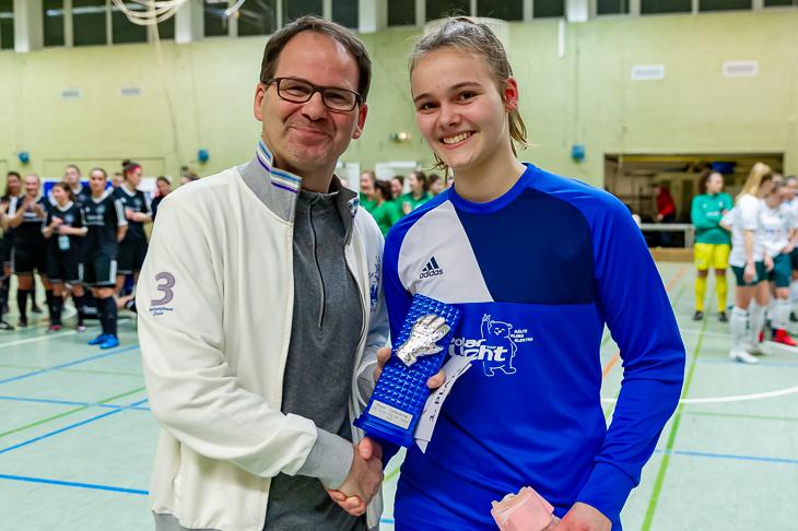 Fred Waldheim von der ÖVB (l.) zeichnete Johanna Rathke (SG Findorff-Horn) als beste Torhüterin des Turniers aus. (Foto: Oliver Baumgart)