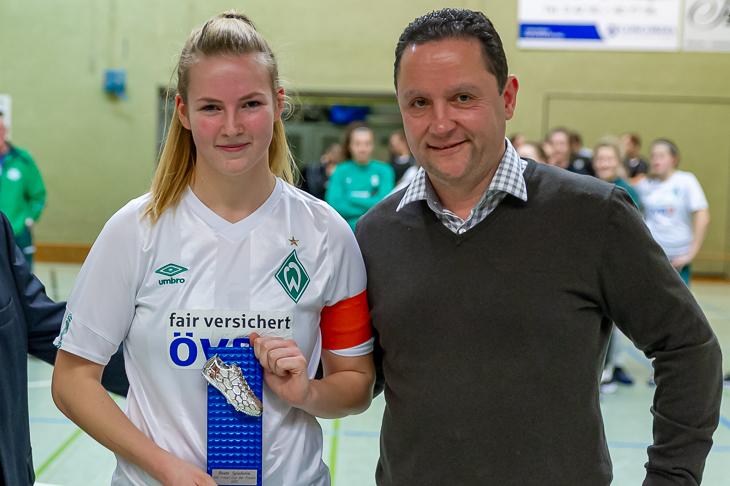Werders Paula Rößeling (l.) wurde zur besten Spielerin des Turniers gewählt und dafür von BFV-Vizepräsident Holger Franz ausgezeichnet. (Foto: Oliver Baumgart)