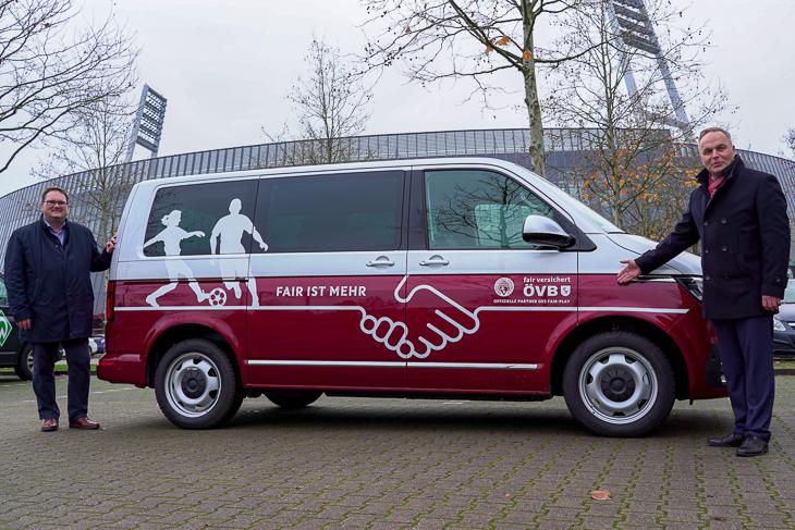 ÖVB-Regionaldirektor für Bremen und Bremerhaven Rüdiger Meyer und BFV-Präsident Björn Fecker präsentieren das neu polierte Poolfahrzeug des BFV. (Foto: David Dischinger)