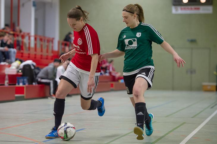 Spielszene aus dem letztjährigen Halbfinale: Schwachhausens Kira Buller (l.) legt den Ball an Weyhes Lea Volkmer vorbei. (Foto: Oliver Baumgart)