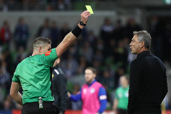 Künftig können auch Trainer und Betreuer mit gelben oder roten Karten bestraft werden. (Foto Getty Images)