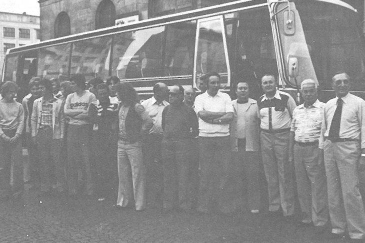 Aus Kostengründen wurde die Reise mit dem Bus angetreten. Busfahrer Fritz Demut brachte die Reisegesellschaft sicher ans Ziel. (Foto: Archiv)