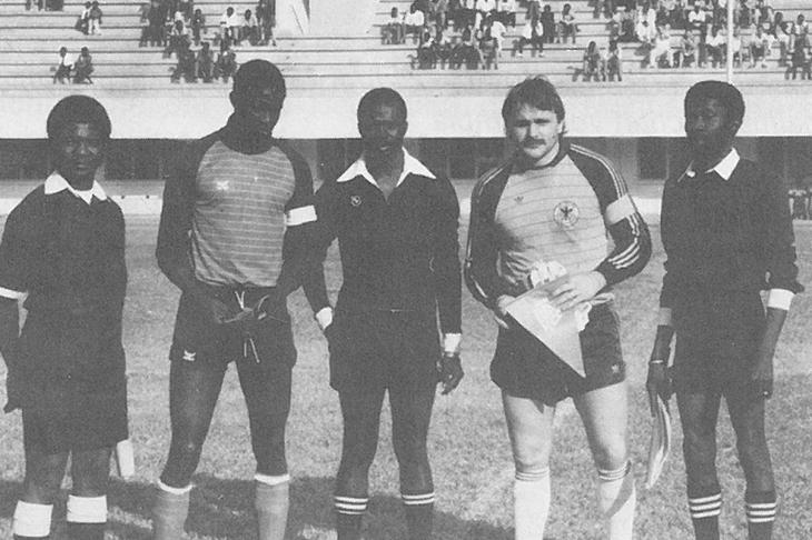 Gambia - BFV 2:2. Kapitän Busch vor der Seitenwahl. (Foto: Archiv)