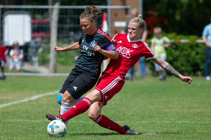 Aline Stenzel (r.) im Zweikampf mit HSV-Kapitänin Franka Dreyer. (Foto: Oliver Baumgart)