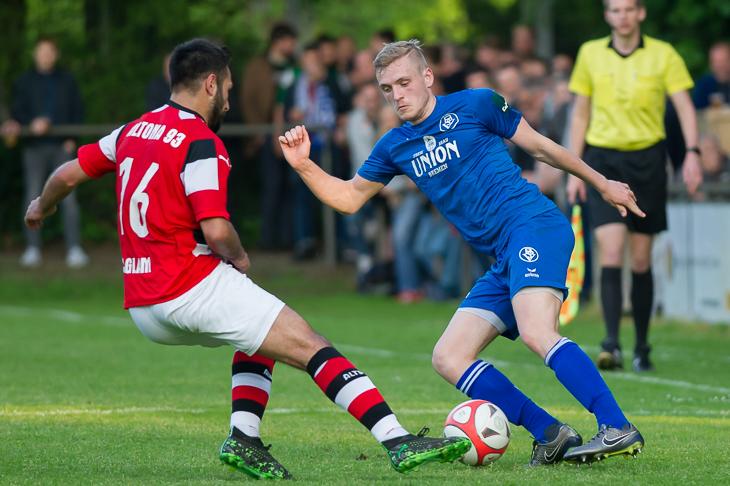 Onur Saglam (l.) kann Jonas Böhning nicht den Ball abnehmen. (Foto: Oliver Baumgart)