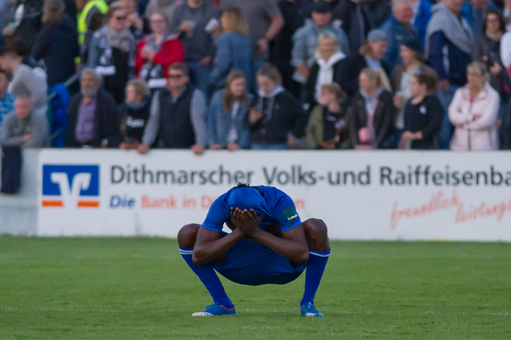 Maxwell Ibrahim Appiah hockt nach dem Abpfiff in Heide enttäuscht auf dem Boden. (Foto: Oliver Baumgart)