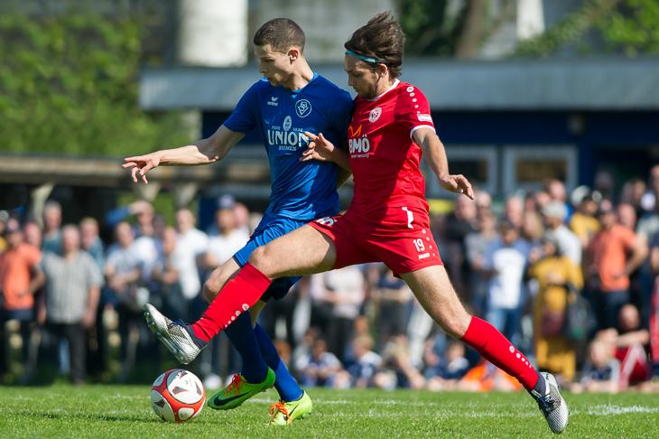 Marcel Lück (l.) und Karim Raho kämpfen um den Ball. (Foto: Oliver Baumgart)
