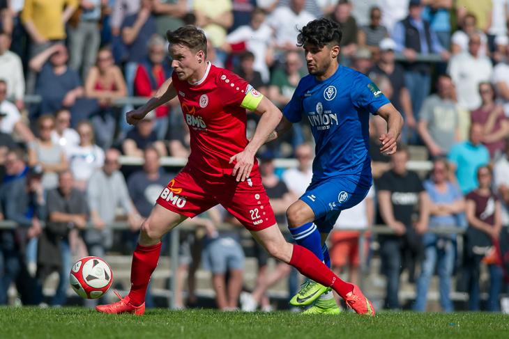 Oberneulands Kapitän Daniel Block (l.) behauptet den Ball vor Moussa Alawie. (Foto: Oliver Baumgart)