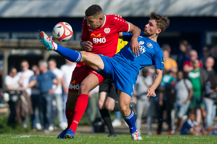 Alexander Arnhold (r.) ist vor Affamefuna Ifeadigo am Ball. (Foto: Oliver Baumgart)