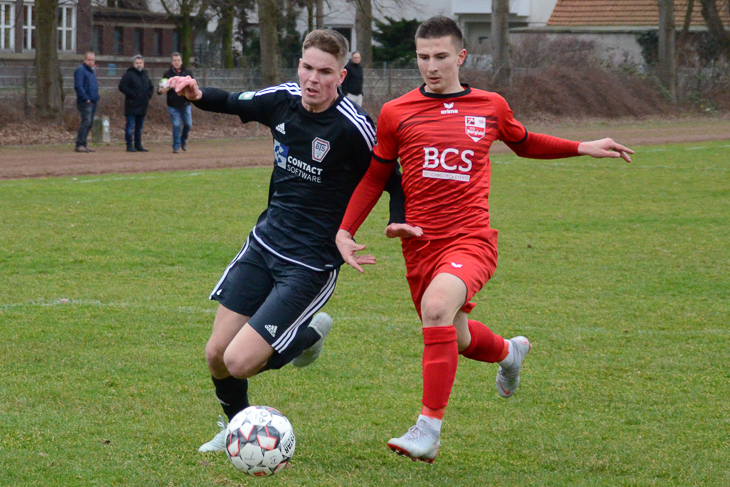 Neustadts James Neumann (l.) im Duell mit Borgfelds Borisav Zlataric. (Foto: Olaf Lücke)