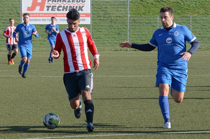 Neustadts Adel Yusefi (l.) behauptet den Ball gegen Habenhausens Jens Hirsig. (Foto: Olaf Lücke)