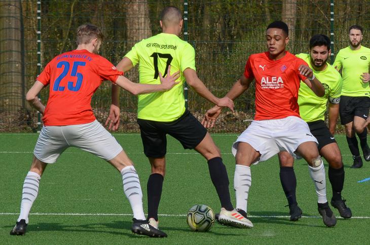 Der Blumenthaler SV (rotes Trikot) konnte gegen den KSV Vatan Sport einen deutlichen Sieg einfahren. (Foto: Olaf Lücke)