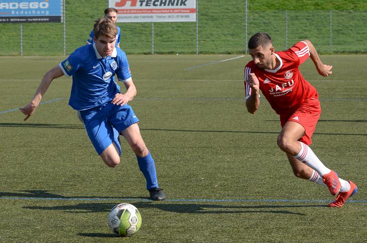 Luan Muhaxheri vom OSC Bremerhaven (r.) setzt sich gegen Habenhausens Luca Mauritz durch. (Foto: Olaf Lücke)